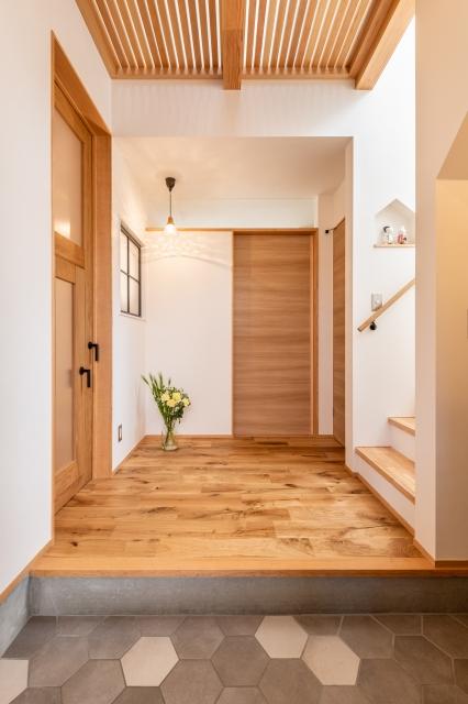 木の温もり溢れる玄関ホール