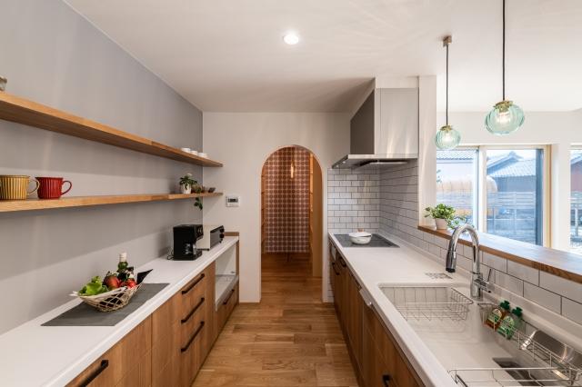 木の質感を楽しむ対面キッチン
