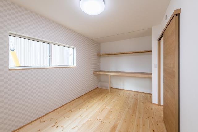 アクセントクロスのある寝室と収納