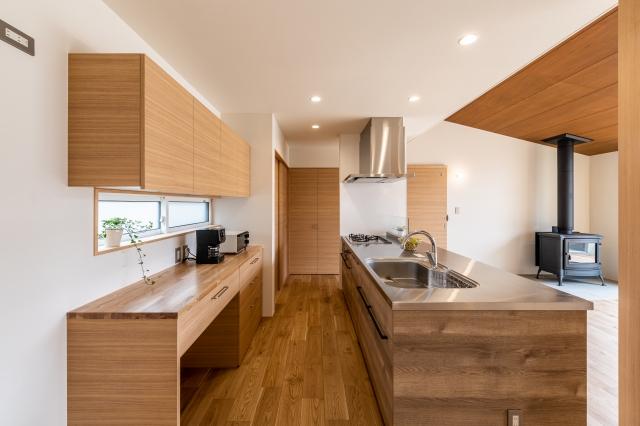 ステンレスと木のアイランドキッチン