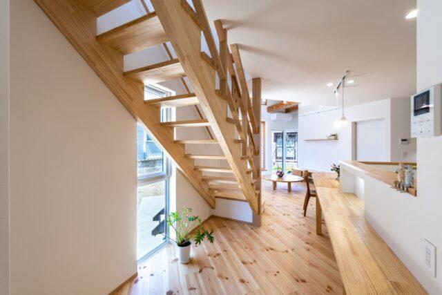 無垢の木のLDKのリビング階段
