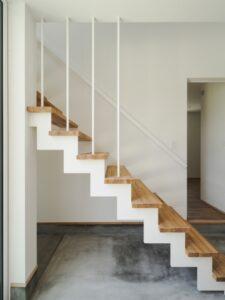 土間とスチール階段と木板