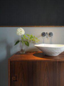 レトロな家具を使った造作手洗い