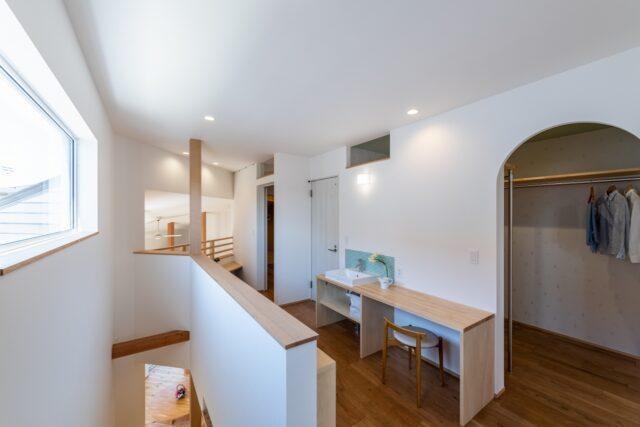 2階ホールに造作洗面とお化粧スペース