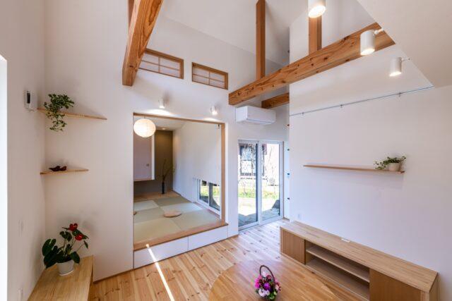 吹抜けのリビングと天井の高い小上がり和室