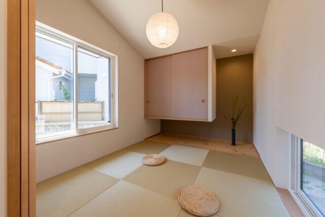 和紙畳の和室と和紙の照明