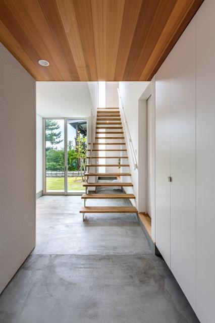 土間で居室をつなぐ ストリップ階段