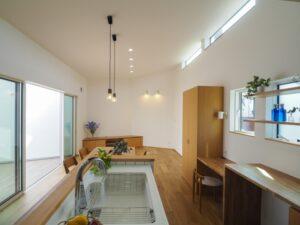 中庭と勾配天井の家LDK