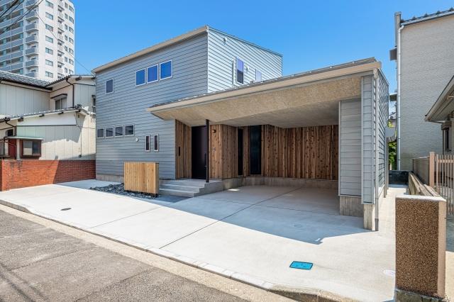 木毛セメント板と木製サイディングのビルトインガレージ