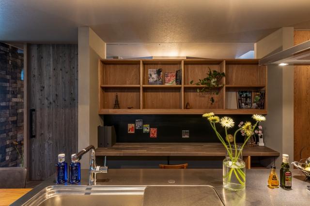 キッチンからよく見えるスタディコーナー