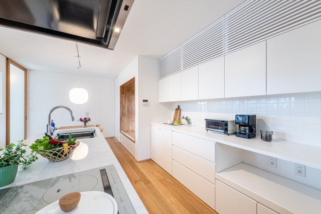 アイランドキッチンと白い造作食器棚
