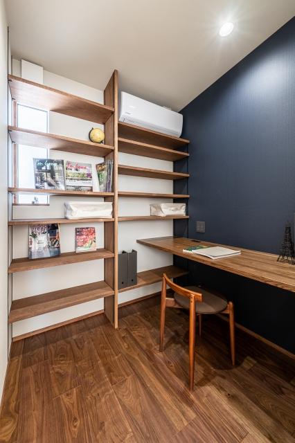 壁一面の造作本棚のある書斎