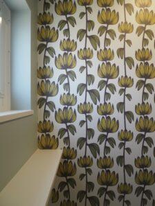 トイレには花柄のアクセントクロスを採用