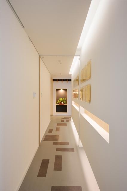 間接照明で照らす廊下